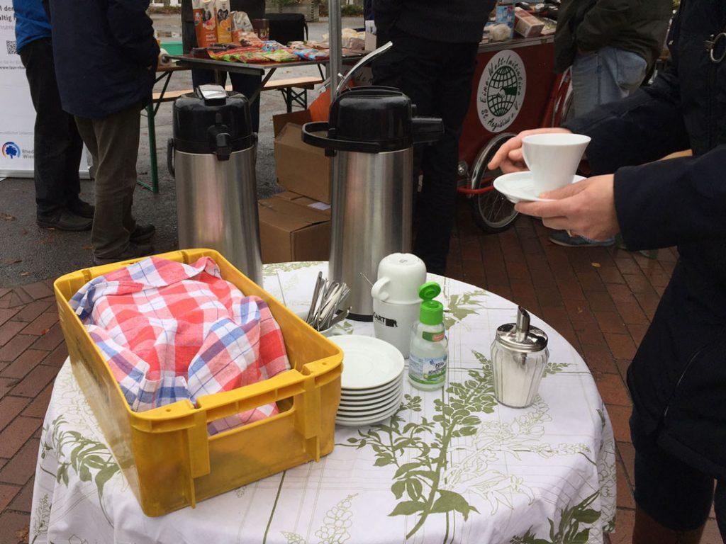 Bistrotisch mit Kaffee zur Selbstbedienung